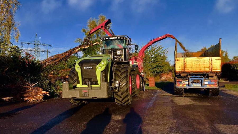 Traktor-Maschine mit Holzzerkleinerer
